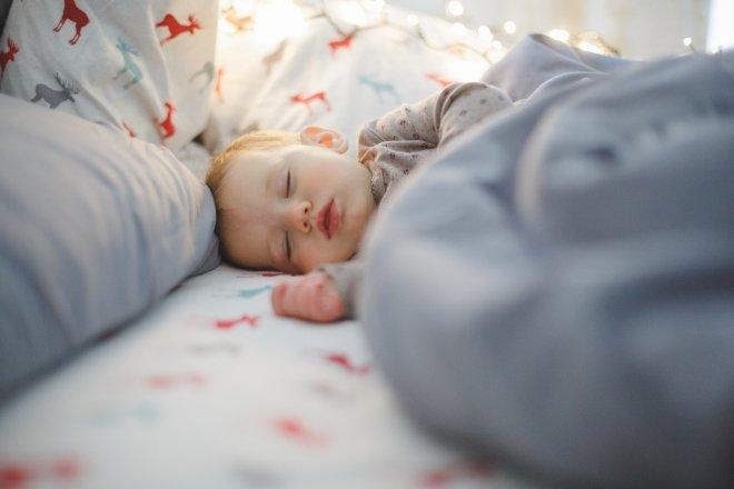 Come insegnare al bambino ad addormentarsi da solo
