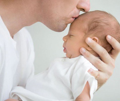 Papà ruttino neonato